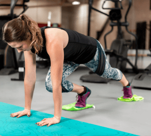 woman doing a HIIT workout in the gym